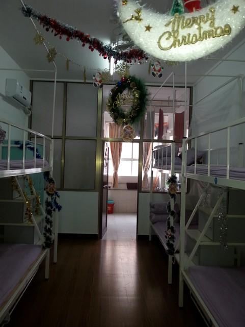 """黄冈小学进行""""圣诞""""主题宿舍文化设计"""