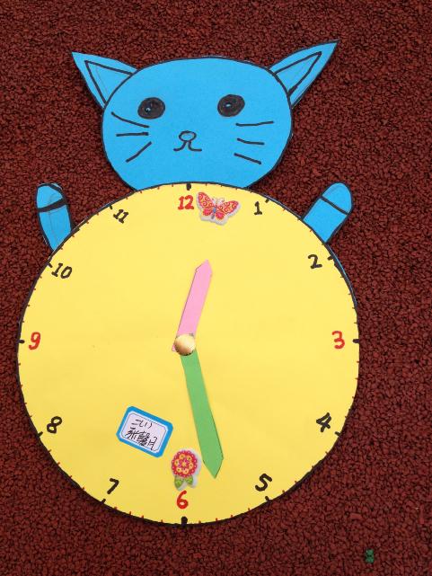 小学数学月活动(二):举行二年级钟面设计手工制作